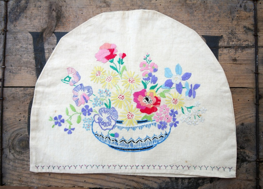 Vintage embroidered tea pot cover. Tea cosie. 1930s 1940s 1950s. Floral embroidery. Handstitched vintage linen.